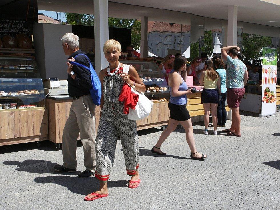 Lidé už nakupují v nové obchodní pasáži na brněnském Zelném trhu. Otevření tržnice v budově se však zpozdilo.