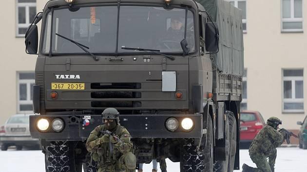 Armáda málo využívá parkovací stání, stěžují si lidé z Hrnčířské i radnice