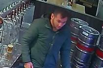 Policie hledá zloděje (na snímku), který měl v brněnské pivnici okrást servírku o peníze.