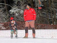 Na sjezdovce ve skiareálu v Hodoníně u Kunštátu si školáci užili dětský den společně s rodiči.