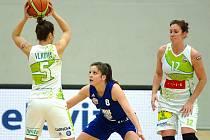 Po první čtvrtině se zdálo, že se basketbalistky Valosunu (v bílém) vrátí do Brna s nepořízenou, ale nakonec se vzchopily a na finálovém turnaji Českého poháru vybojovaly aspoň bronzovou příčku. Pořádající Karlovy Vary v pondělí zdolaly 89:68.
