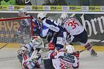 Hokejisté brněnské Komety v 47. extraligovém kole doma přetlačili Pardubice 2:1. Na snímku Zaťovič a Mallet za Brno  a Kacetl (PA).