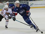 Hokejista Alex Mallet (v modrém).