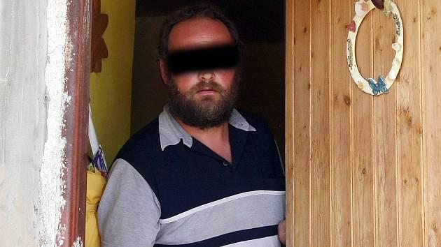 Těla tří mrtvých dětí našli policisté v rodinném domě ve Vlasaticích na Pohořelicku. Na snímku otec zavražděných dětí.
