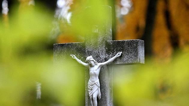 Tisícovky lidí v Brně využily prodloužený předdušičkový víkend k návštěvě svých zesnulých na některém ze hřbitovů.
