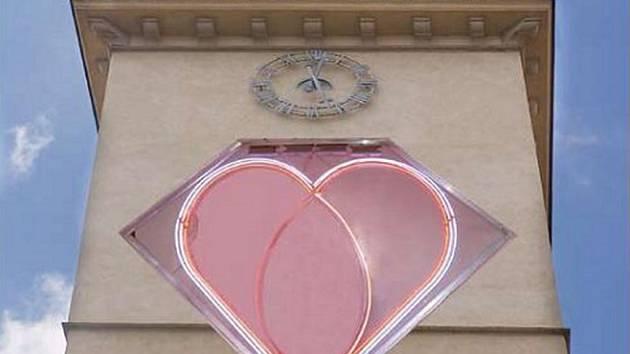 Neonové dvoumetrové srdce od Jiřího Davida, které od středy zazáří na brněnské radnici bude symbolizovat intimní lásku.