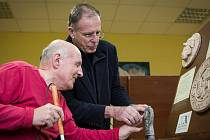Repliky předmětů starodávných kultur Řecka či Egypta si mohou na výstavě osahat nevidomí a slabozrací lidé.