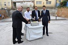 Poklepání na základní kámen stavby nové haly v Žabovřeskách.