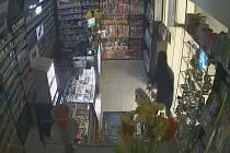 Hned dvakrát se v srpnu maskovaný zloděj vydal na noční návštěvu nákupního centra v brněnských Bohunicích. Aby se dostal do trafiky, přinesl si kladivo a skleněné dveře rozbil.
