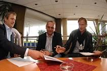 Radek Bělák, Pavel Zíka a Marek Heinz. Bývalý fotbalista francouzského Nantes podepisuje smlouvu s 1. FC Brno v pražském hotelu Pyramida.