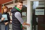Přesně ve dvě hodiny přišli první voliči k urnam do Základní školy Pražská ve Znojmě. Chodí jak starší lidé, tak mladé rodiny.