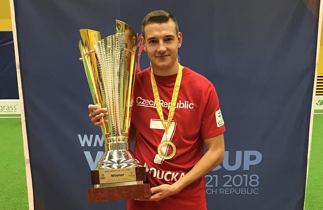Dominik Moučka s pohárem.