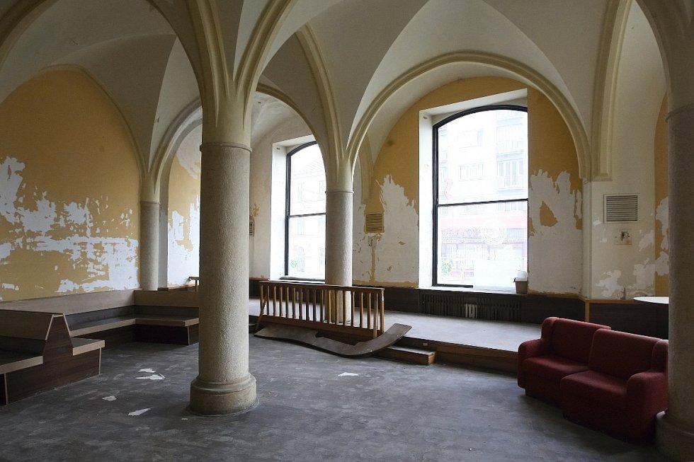 Několik let žili za okny bývalé restaurace Muzejka na Moravském náměstí v Brně jen pavouci. Už brzy tam ale zase opět zavítají hosté.
