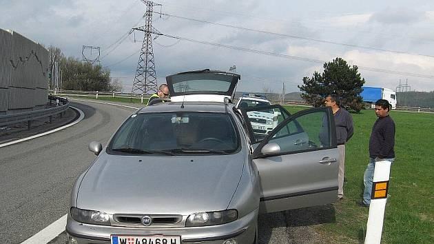 Rakouské auto, které vezlo padělané boty a oblečení za skoro milion korun, chytili minulý týden brněnští celníci.