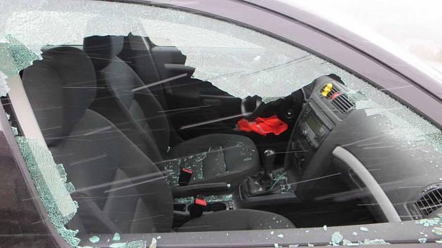 Muž poničil hostovi od souseda auto kladivem.
