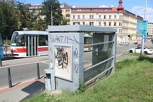 Na Moravském náměstí jsou vandaly poničené dvě moderní zastávky. Mají dotykovou obrazovku s jízdními řády či zásuvky na nabíjení mobilních telefonů. Aktuálně jedna obrazovka nefunguje a obě zastávky jsou posprejované.
