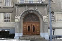 ZATÍM JEDEN. V loňském roce se dočkal opravy za šest set padesát tisíc korun jeden ze dvou portálů, druhý chce škola nechat zrestaurovat letos. Peníze se podařilo sehnat z rozpočtu města i Králova Pole.