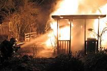 Zatím neznámý žhář zapálil v létě chatku v zahrádkářské kolonii na brněnské Kraví hoře. Majiteli způsobil škodu za desetitisíce. Do kolonie letos hasiči vyjížděli kvůli úmyslně založeným požárům čtyřikrát. Několik chat tam lehlo popelem také loni.
