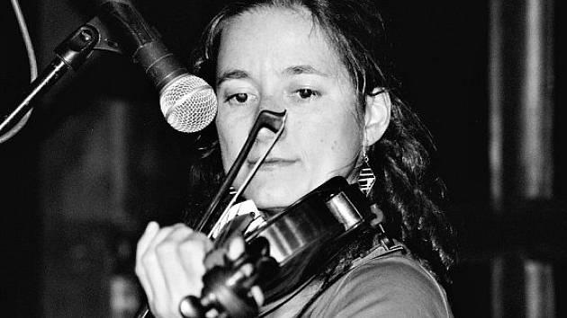 Do kapely Rí Ra přináší Martina Kuglerová nejen smyčec, ale i nezaměnitelný hlas.