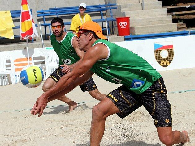 Brazilští plážoví volejbalisté Hevaldo a Rodrigo