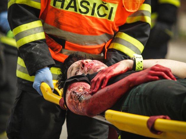 Nehoda autobusu a tří osobních aut na Staré dálnici v Brně si vyžádala čtyři oběti a 52 zraněných. Naštěstí šlo jen o rozsáhlé cvičení složek Integrovaného záchranného systému.