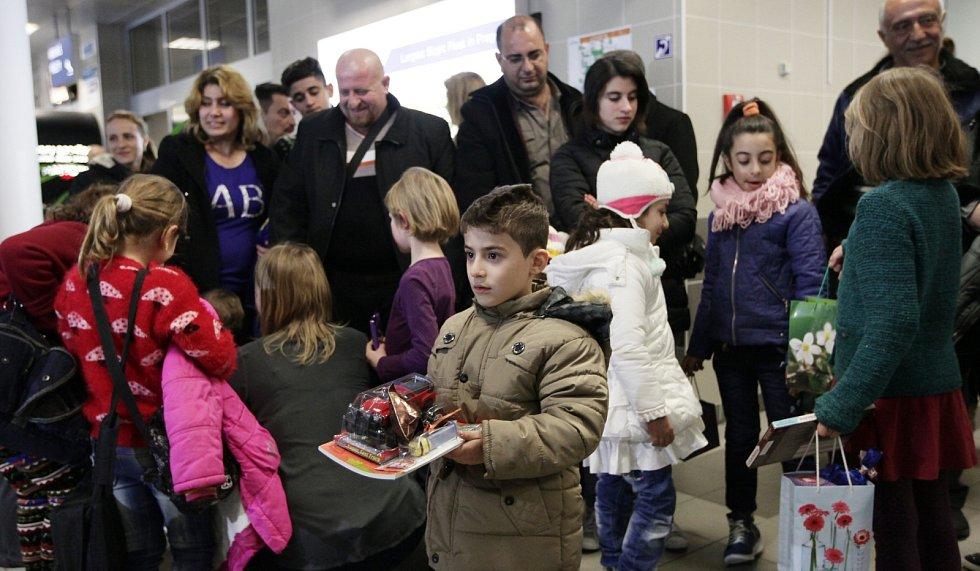 Přílet skupiny křesťanských uprchlíků z Iráku na letiště Václava Havla.