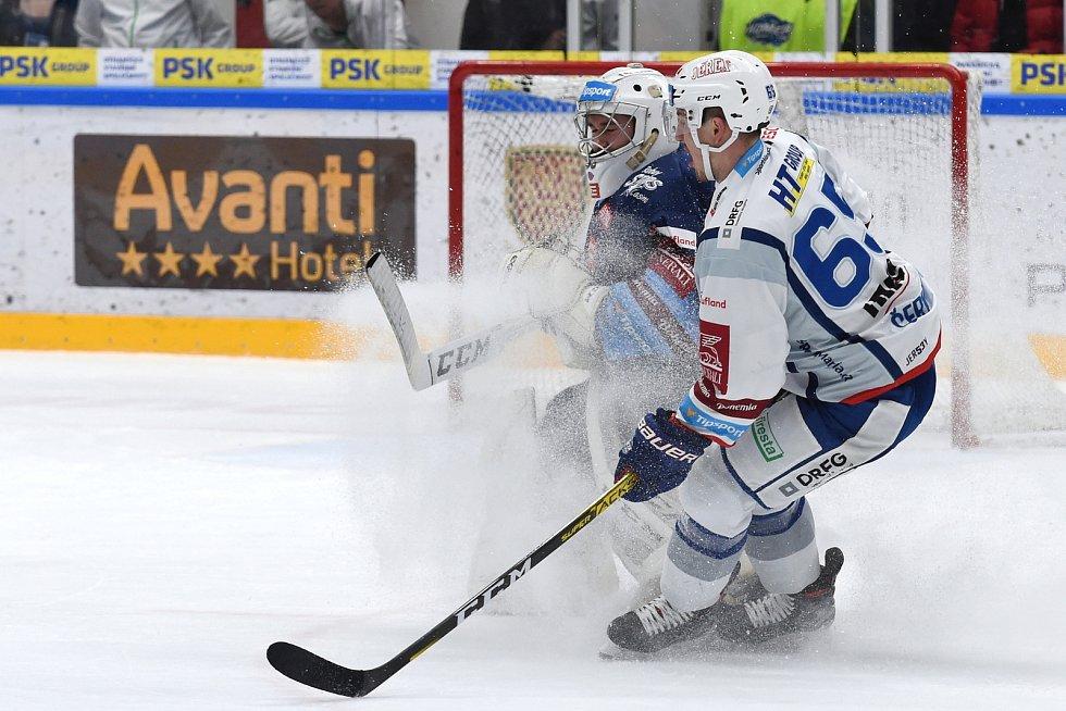 Brno 1.3.2020 - domácí HC Kometa Brno Rudolf Červený (bílá) proti Rytířům Kladno Adam Brízgala (modrá)