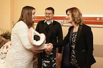 Mariana Přichystalová, první brněnské miminko roku 2020 s rodiči a primátorkou Markétou Vaňkovou