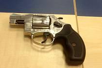 Pistole, se kterou mladík přepadl prodejnu v Brně. Po třetí loupeži ho policisté dopadli.