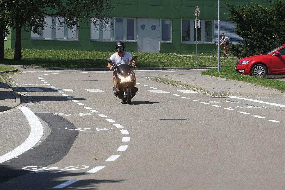 Dopravní značení v Technologickém parku pod ulicí Technická.