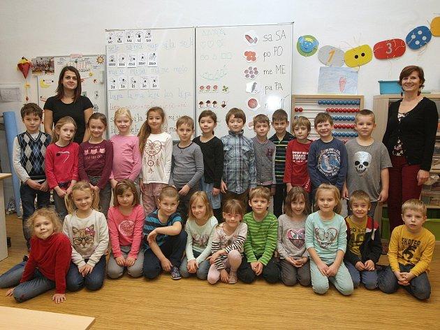 ZŠ Bílovice nad Svitavou. Na fotografii třída 1.C střídní učitelkou Petrou Glosovou (vpravo) a asistentkou Terezou Syrovou (vlevo).