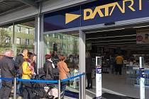 Lidé se zájmem o moderní technologie i studenti z blízké univerzity si mohou vyzkoušet u interaktivních pultů výrobky v nové prodejně Datart. Elektroprodejce ji otevírá ve středu 24. dubna v brněnském obchodním centru Campus Square.