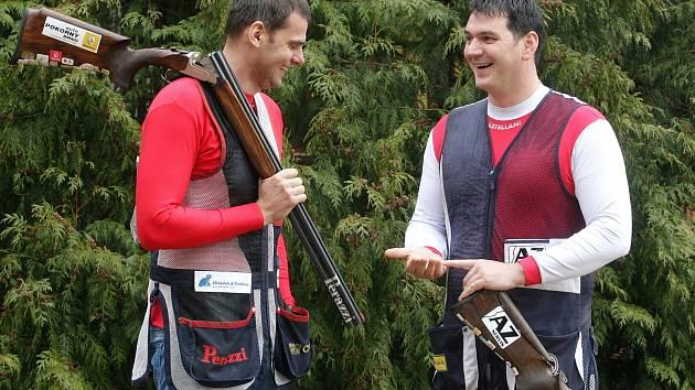 Brokoví střelci Jiří Lipták (vpravo) a David Kostelecký v olympijské přípravě. Na letošní svátek všech sportovců se ale podívá pouze jeden z nich.
