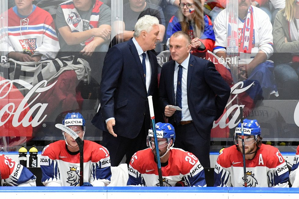 Hlavní kouč Miloš Říha se radí s asistentem Robertem Reichelem.