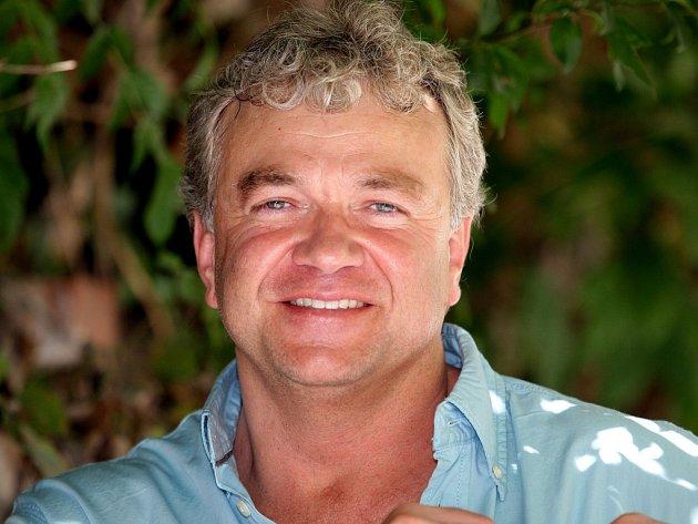 Jan Cézar žije v Brně, zabývá se reklamou, psaním scénářů i knih.