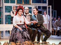 Do kulis desítek starých oken, která odrážejí odžité radosti i bolesti, zasadil operní soubor Národního divadla Brno svoji nejnovější inscenaci Hubička. Opera od Bedřicha Smetany v nastudování mladé režisérky Lindy Keprtové má premiéru 4. prosince.