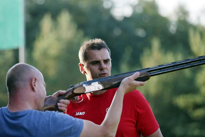 Na brněnské brokové střelnici se sešel David Kostelecký s mladými talenty. Budoucí špičkoví střelci si tak mohli zatrénovat se svým vzorem a promluvit si s ním.