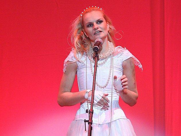 Blondýnka Iva Pazderková.