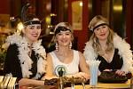V rytmu swingu a jazzu protančilo sobotní večer na šedesát párů. Na plese Veterán klubu se v oblečení z první republiky sešli nejen členové klubu, ale také jejich přátelé.