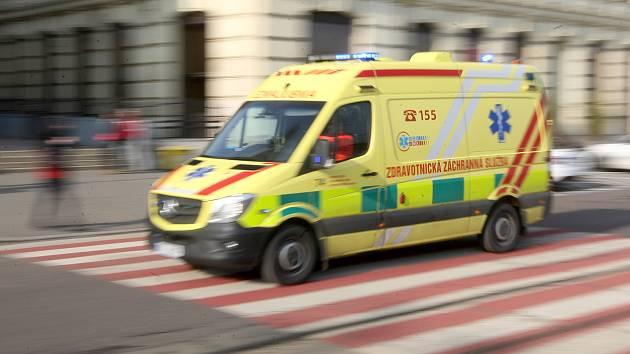 Autobus se střetl s osobním autem. Dva lidé se zranili