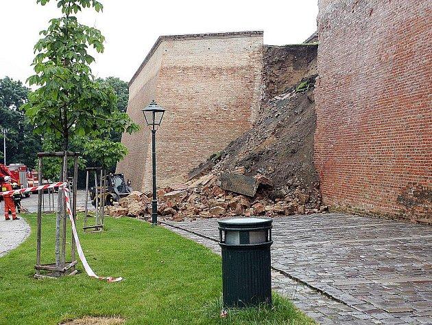 Zřícená zeď u hradu Špilberk.