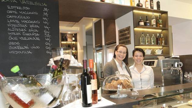 Od podlahy až do stropu je sladěná restaurace Forhaus. Totéž se dá říct o jejím jídelním lístku. Také proto se v ní nebojí ukázat kuchyni