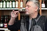 Jako šikanující hodnotí někteří vinaři a vinotékaři z Brna novelu zákona o vinohradnictví a vinařství, která platí od soboty. Kromě výsadby nových vinic se novela dotkla hlavně prodeje sudového vína.