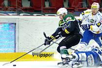 Kometa (v bílém) porazila Karlovy Vary 2:1 po samostatných nájezdech.