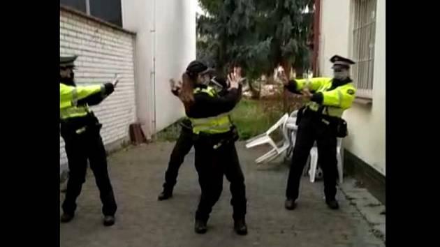 Populární taneční výzva Coronavirus Dance Challenge se rozšířila i do Brna. Zapojily se do ní brněnské strážnice ze služebny městské policie v severní části města.