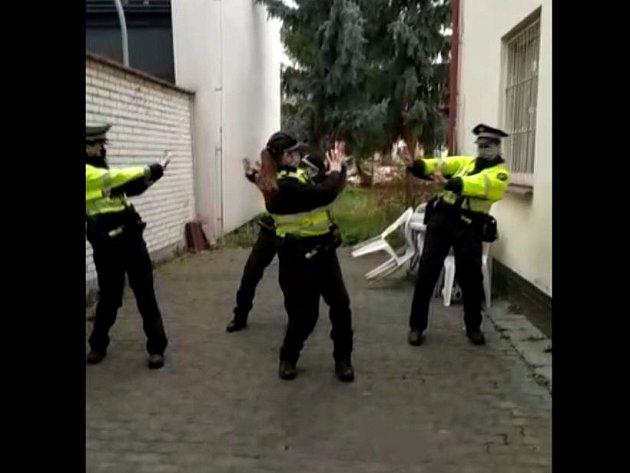 Populární taneční výzva Coronavirus Dance Challenge se rozšířila ido Brna. Zapojily se do ní brněnské strážnice ze služebny městské policie vseverní části města.