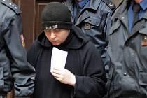 Barbora Škrlová přichází do soudní síně.
