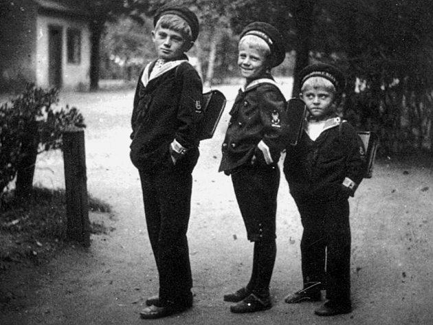 Malý Hrabal (zcela vpravo) na cestě do školy.
