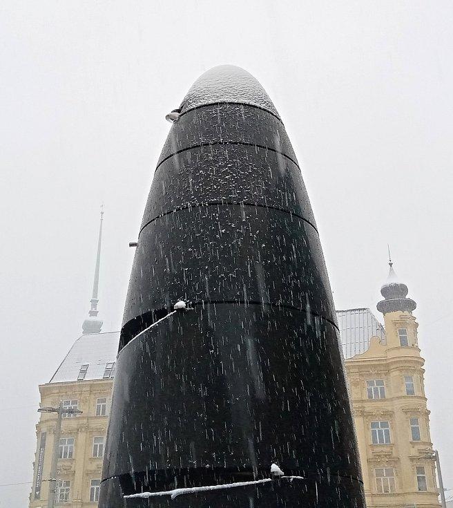 Centrum Brna zasypal sníh. Na snímku orloj na náměstí Svobody.