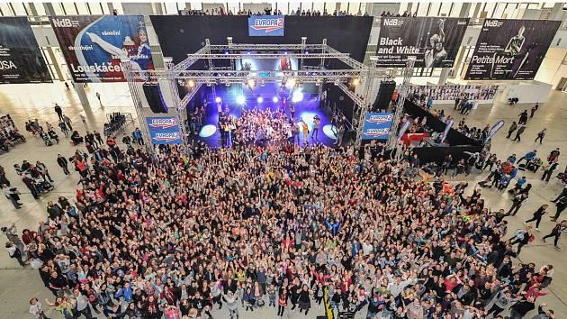 Český rekord v počtu lidí, kteří tančí ve stejný čas na jednom místě totožnou choreografii, v sobotu padl na veletrhu Dance Life Expo v Brně. Zapojilo se 1577 tanečníků.